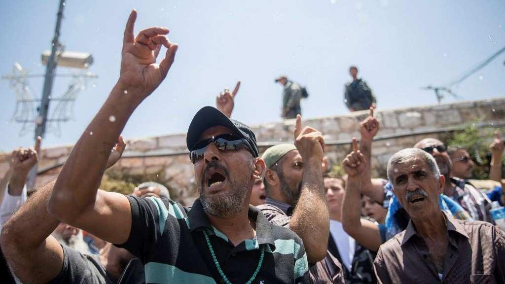 Musulmanes protestando fuera de la Puerta de los Leones de la Ciudad Vieja de Jerusalém el 19 de julio de 2017. (Yonatan Sindel / Flash90)