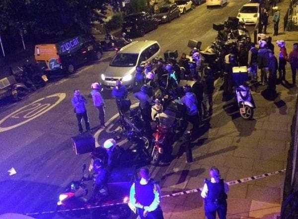 La policía socorre a unas de las víctimas del ataque con ácido en Londres el 13 de julio pasado (Reuters)
