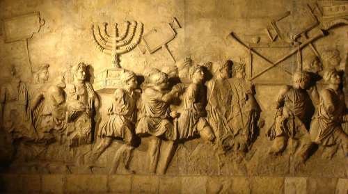 Detalle del relieve que muestra los despojos del asedio de Jerusalén por los romanos en el 70 de la era común.
