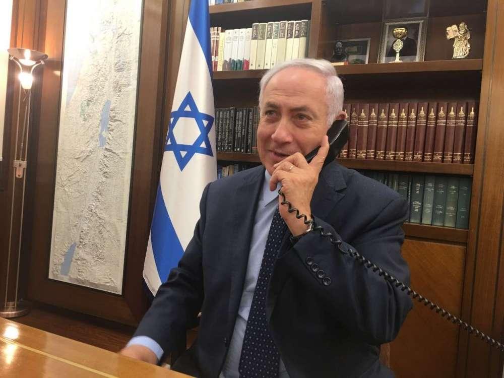 El primer ministro Benjamin Netanyahu habla por teléfono con el embajador de Israel en Jordania, Einat Schlein, y el oficial de seguridad que fue apuñalado por un terrorista islámico, el 24 de julio de 2017 (cortesía)
