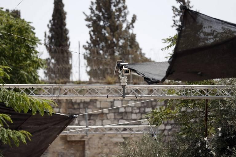 Medidas de seguridad, incluidas las cámaras, que se instalaron fuera de la Puerta de los Leones de la Ciudad Vieja, un punto de acceso principal al Monte del Templo en Jerusalém, 24 de julio de 2017. (AFP / Ahmad GHARABLI)