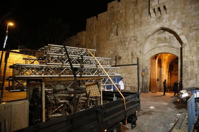 Un camión elimina las barreras restantes de fuera del Monte del Templo en Jerusalém el 27 de julio de 2017 (AFP PHOTO / AHMAD GHARABLI)