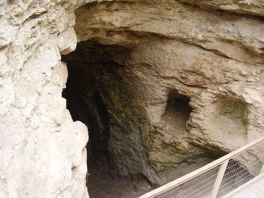 La entrada al vasto sistema de agua en Gezer. Wikimedia Commons