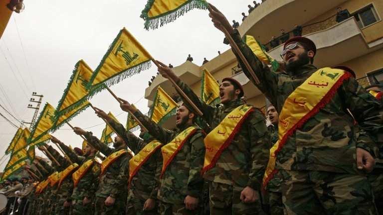 Los combatientes del grupo terrorista chiita Hezbolá asisten al funeral de un camarada que murió en combate en Siria en la ciudad libanesa del sur de Kfar Hatta el 18 de marzo de 2017. (AFP Photo / Mahmoud Zayyat)