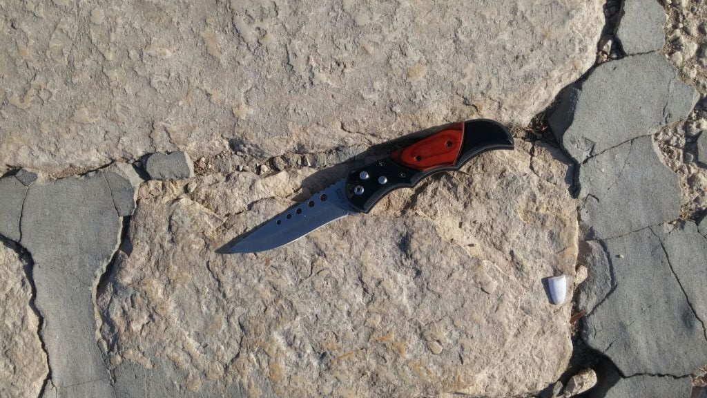 Un cuchillo que llevaba uno de los terroristas que llevó a cabo un tiroteo que dejó a dos israelíes gravemente heridos cerca del Monte del Templo en la Ciudad Vieja de Jerusalém el 14 de julio de 2017. (Policía de Israel)
