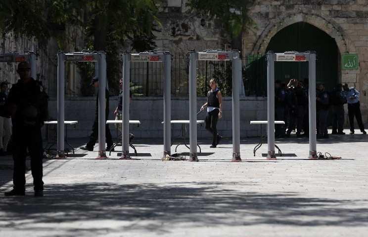 Policías fronterizos israelíes instalan detectores de metales fuera de la Puerta de los Leones, una entrada principal al Monte del Templo, en la Ciudad Vieja de Jerusalém, el 16 de julio de 2017, después de que las fuerzas de seguridad reabrieron el sitio ultra-sensible, cuyo cierre tras un ataque mortal a principios de semana Provocó ira entre los musulmanesm quienes se mostraron complacidos por el ataque. (AFP / AHMAD GHARABLI)