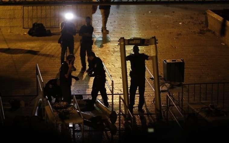 Las fuerzas de seguridad israelíes retiran los detectores de metales de la Puerta de los Leones, cerca de una entrada principal al Monte del Templo en la Ciudad Vieja de Jerusalém, el 24 de julio de 2017. (AFP / Ahmad GHARABLI)