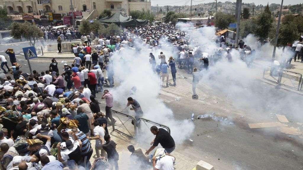 Policía israelí contiene a árabes que protagonizaron disturbios fuera de la Ciudad Vieja de Jerusalém, el viernes, 21 de julio de 2017. (AP Photo / Mahmoud Illean)