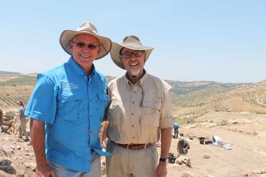Jefe de la excavación de Shiloh Dr. Scott Stripling (derecha), se encuentra con Walt Pasedag, un voluntario con ABR durante los últimos 30 años. (Amanda Borschel-Dan / Times of Israel)