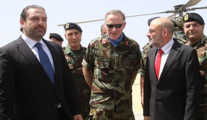 El primer ministro libanés, Saad Hariri, se encuentra al lado del Jefe de Misión y Comandante de la Fuerza Provisional de las Naciones Unidas en el Líbano (FPNUL), General de División Michael Beary, de Irlanda, durante una visita a la sede de la FPNUL en el sur Aldea libanesa de Naqura el 21 de abril de 2017. (AFP / Mahmoud Zayyat)