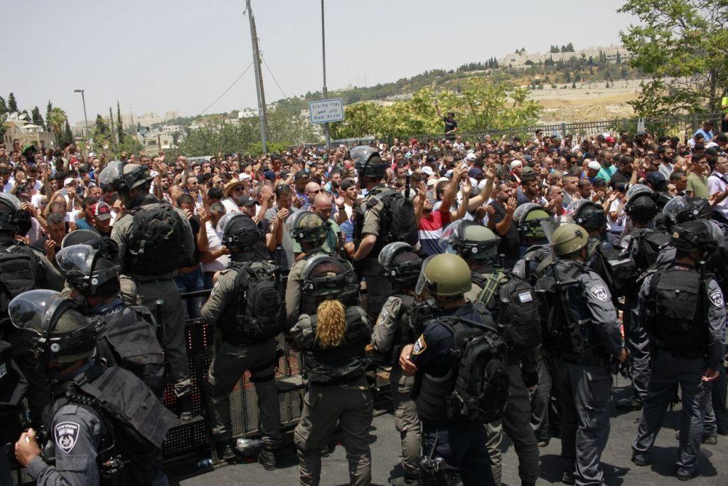 Las fuerzas de seguridad israelíes están de guardia frente a los árabes fuera de la Puerta de los Leones, 21 de julio de 2017. (Judá Ari Gross / Times of Israel)