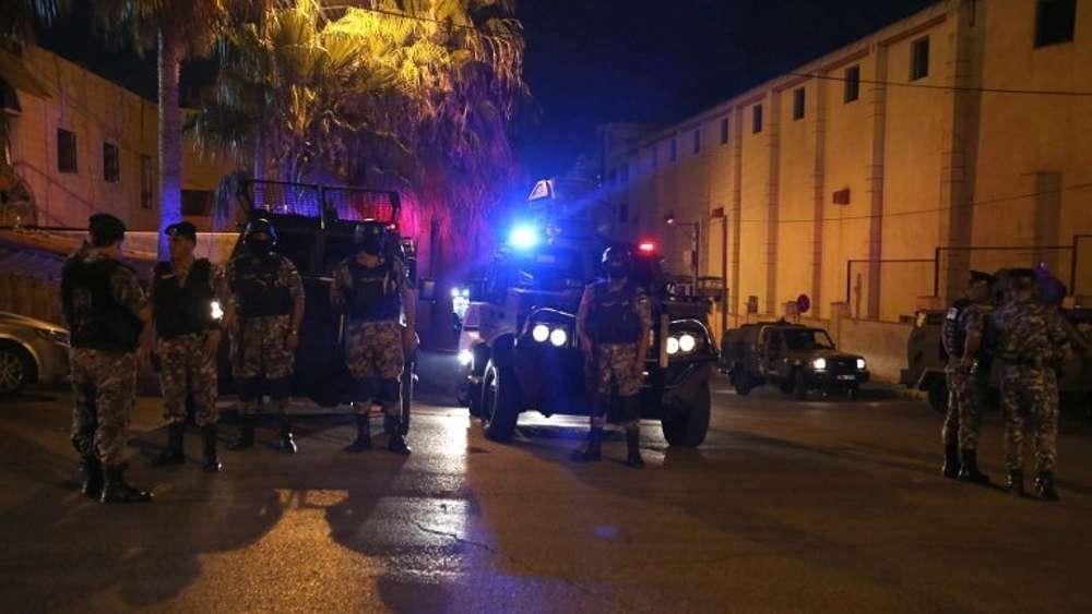 Las fuerzas de seguridad jordanas de guardia frente a la embajada de Israel en Ammán después de un ataque islamita el 23 de julio de 2017. (AFP Photo / Khalil Mazraawi)