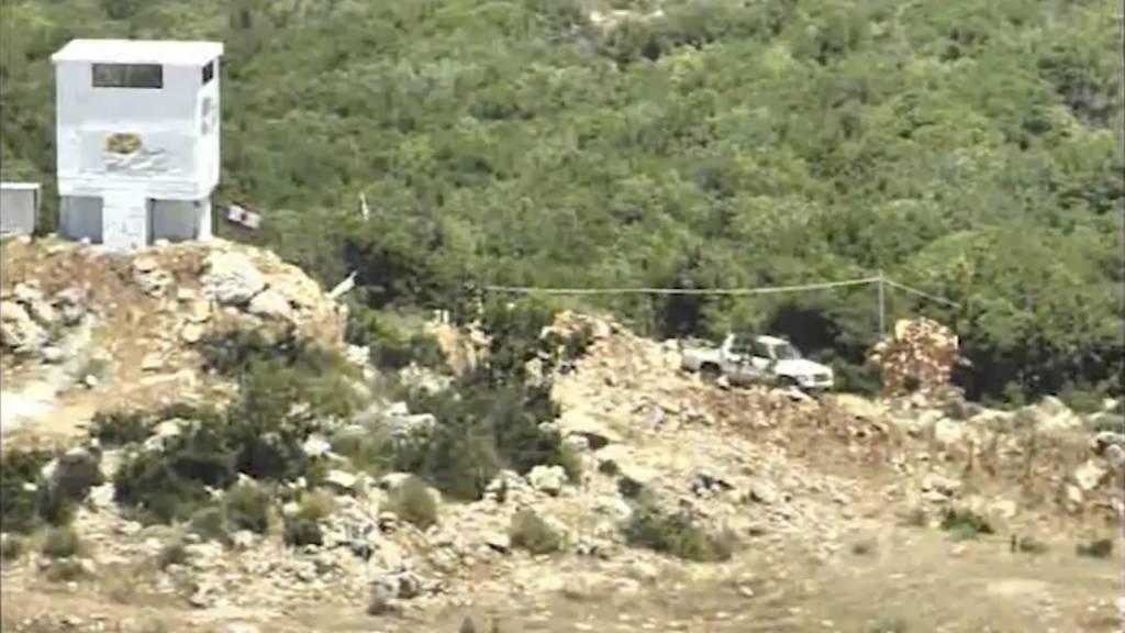 """Un camión que condujo desde una base terrorista de Hezbolá a una torre de vigilancia propiedad del grupo ambiental """"Green Without Borders"""" en el sur del Líbano, a partir de un vídeo publicado por la FDI el 18 de julio de 2017. (Captura de pantalla)"""