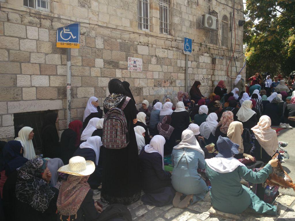 Islámicas protestando contra las medidas de seguridad israelíes en la Puerta de los Leones en la Ciudad Vieja de Jerusalém y negándose a entrar en el recinto del Monte del Templo para llegar a la Mezquita de Al Aqsa, el 25 de julio de 2017. (Raou Wootliff / Times of Israel)