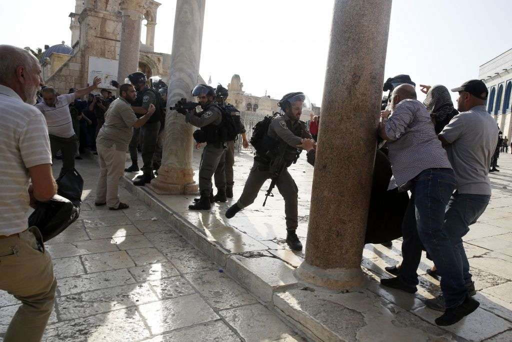 Islámicos provocando a las fuerzas de seguridad israelíes ante las cámaras (AP / Mahmoud Illean)