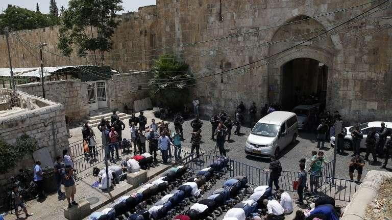 Musulmanes rezan fuera de la Puerta de los Leones de la Ciudad Vieja de Jerusalém en protesta por la colocación de detectores de metal en las entradas al Monte del Templo el 17 de julio de 2017. (AFP Photo / Ahmad Gharabli)