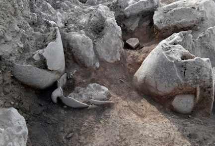 Tinajas desenterradas en el sitio de la antigua ciudad judía Shiloh, julio de 2017. (Shiloh Association)
