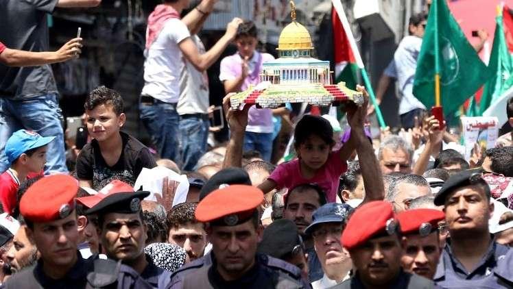 Jordanos llevan un modelo de la Bóveda de la Roca durante una manifestación, convocada por el Frente de Acción Islámico, en Ammán, después de las oraciones del viernes 21 de julio del 2017, para protestar contra las nuevas medidas de seguridad israelíes implementadas en el Monte del Templo, detectores y cámaras, luego de un ataque islámico en el que dos policías israelíes fueron asesinados la semana anterior. (AFP / Khalil Mazraawi)