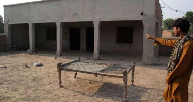 Un joven señala la casa donde fue violada la niña. (AFP)