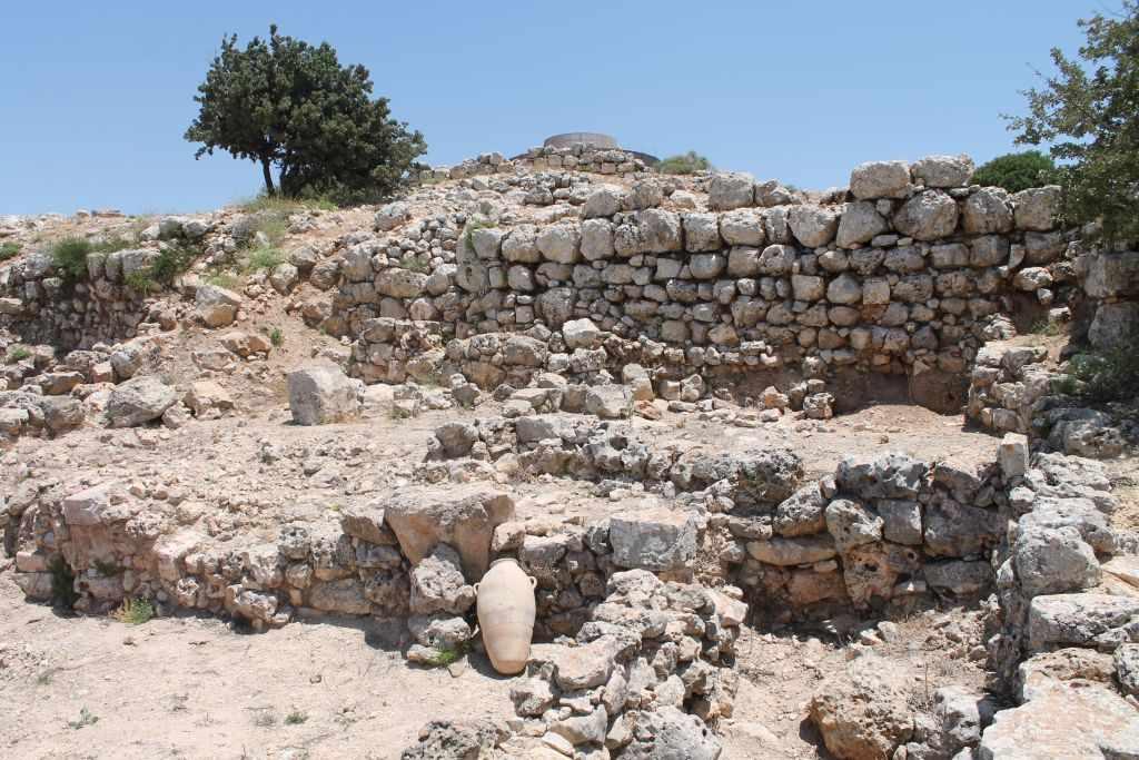 Los almacenes de la era cananea en Shiloh excavados por el Prof. Israel Finkelstein durante la década de 1980. (Amanda Borschel-Dan / Times of Israel)