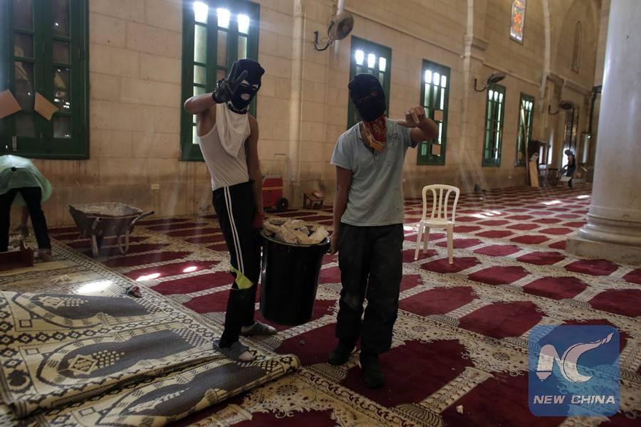 Islámicos destrozan el piso del lugar que supuéstamente es sagrado para ellos, para atacar con los escombros a los judíos.