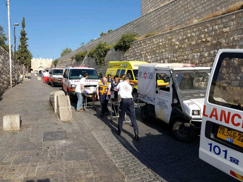 Los médicos tratan a las víctimas de un ataque terrorista en el Monte del Templo en la Ciudad Vieja de Jerusalém el 14 de julio de 2017. (Magen David Adom)