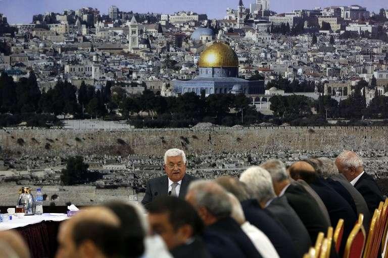 El presidente de la Autoridad Palestina, Mahmoud Abbas, se dirige a una reunión en la ciudad de Ramallah el 21 de julio de 2017. (AFP PHOTO / ABBAS MOMANI)
