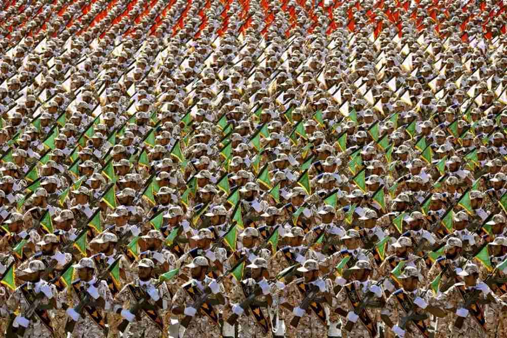 Miembros de la Guardia Revolucionaria de Irán en un desfile militar anual frente al mausoleo del fallecido ayatolá Jomeini, a las afueras de Teherán, Irán, el 22 de septiembre de 2014 (AP / Ebrahim Noroozi)