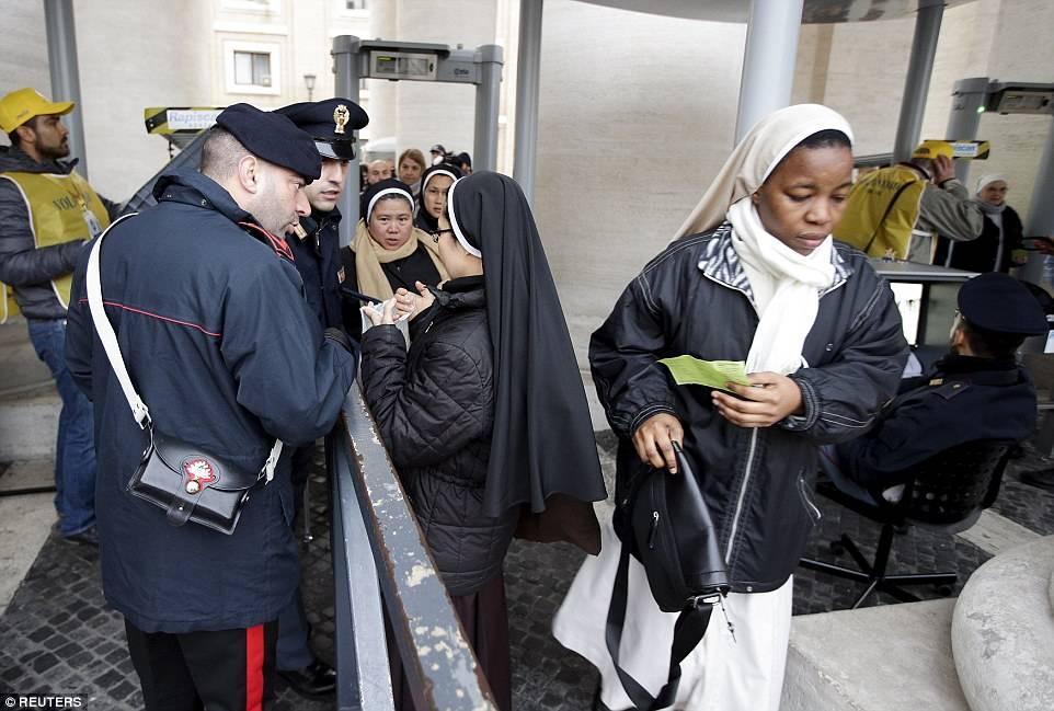 """Monjas pasan a través de un detector de metales antes de su ingreso a la """"Plaza de San Pedro"""". (Foto: www.dailymail.co.uk)"""