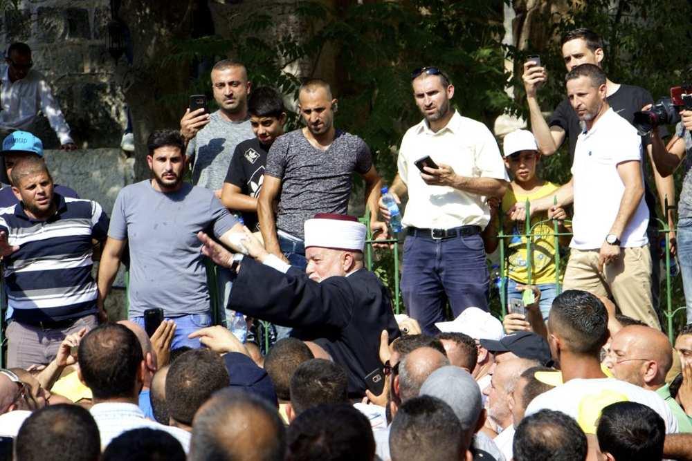El 27 de julio de 2017, el Mufti de Jerusalém Mohammed Hussein es levantado sobre los hombros de los musulmanes justo antes de entrar en el Monte del Templo por primera vez en 12 días. (Dov Lieber / Times of Israel)