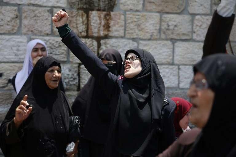 Mujeres islámicas gritan consignas durante los disturbios que protagonizaron en la Ciudad Vieja de Jerusalém el 20 de julio de 2017, contra las nuevas medidas de seguridad israelíes en el Monte del Templo (AFP PHOTO / AHMAD GHARABLI)