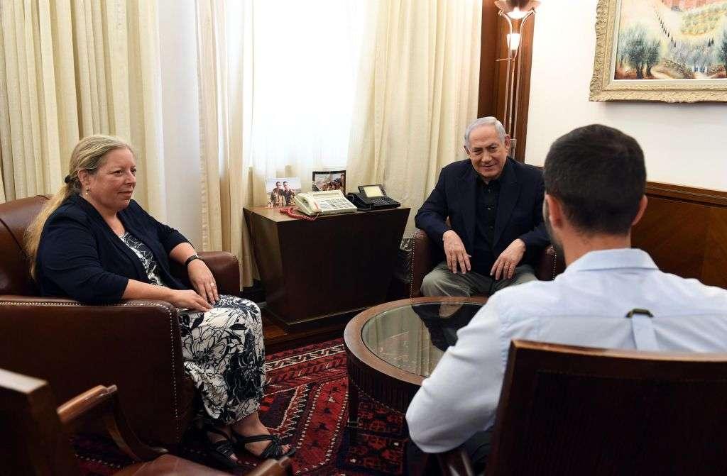 El primer ministro Benjamin Netanyahu se reúne con el embajador de Israel en Jordania Einat Shlain y el guardia de seguridad 'Ziv', que disparó a dos jordanos mientras estaba siendo apuñalado por uno de ellos. (Haim Zach / GPO)