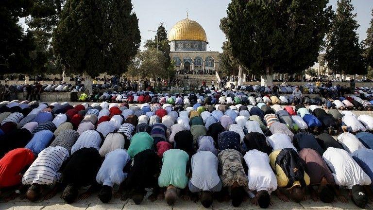 Musulmanes rezan en el Monte del Templo el 27 de julio de 2017. (AFP Photo / Ahmad Gharabli)