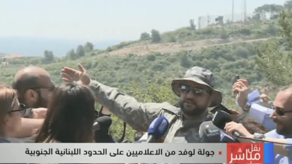 Oficial de Hezbollah realiza una visita de campo a periodistas libaneses en la frontera con Israel el 20 de abril de 2017. (Captura de pantalla de LBC)