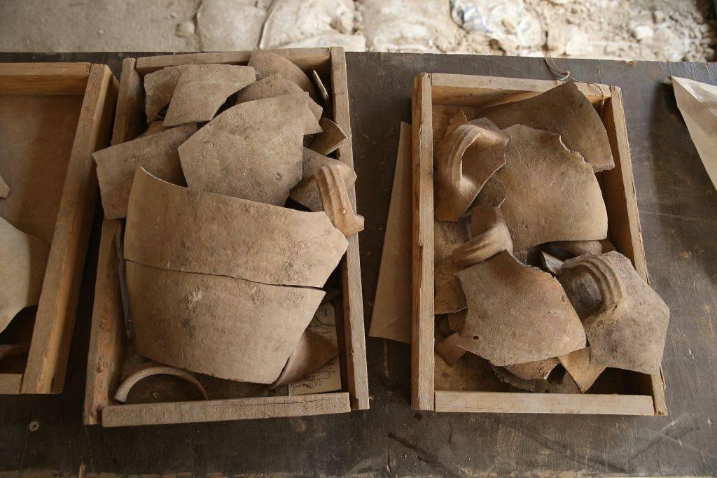 Jarras destrozadas, que atestiguan la Primera destrucción de la era del Templo en la Ciudad de David. (Eliyahu Yanai, Cortesía de la Ciudad de David)