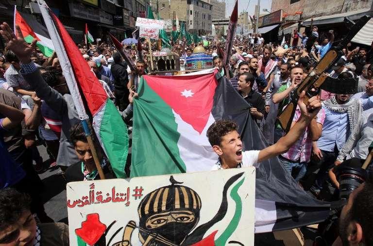 Jordanos gritan consignas durante una manifestación, convocada por el Frente de Acción Islámico, en Ammán, después de las oraciones del viernes del 21 de julio de 2017, para protestar contra las nuevas medidas de seguridad israelíes implementadas en el Monte del Templo. (AFP / Khalil MAZRAAWI)