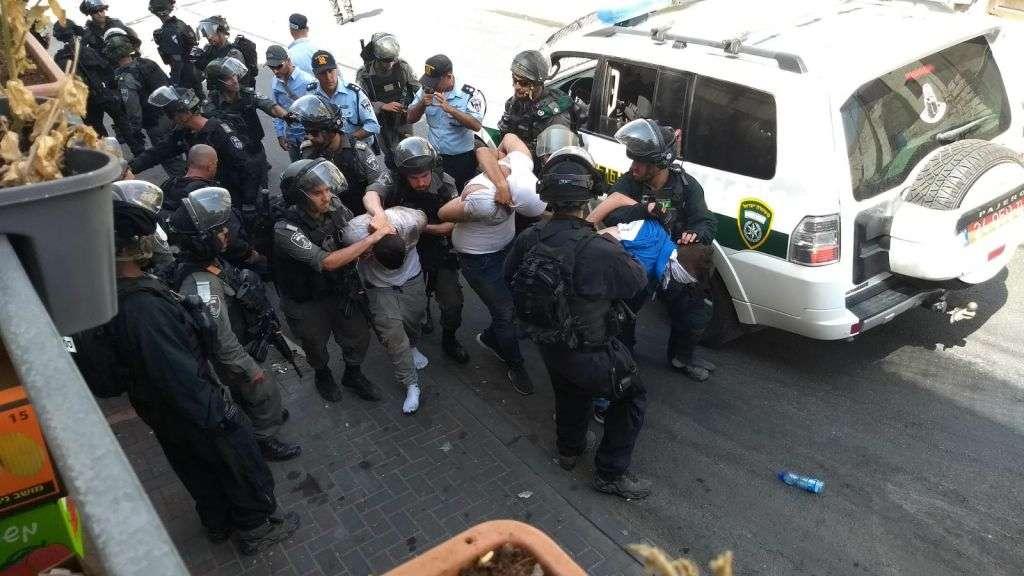 Las fuerzas de seguridad israelíes arrestan a un agresor árabe en Wadi Joz, cerca de la Ciudad Vieja de Jerusalém, el 21 de julio de 2017. (Judah Ari Gross / Times of Israel)