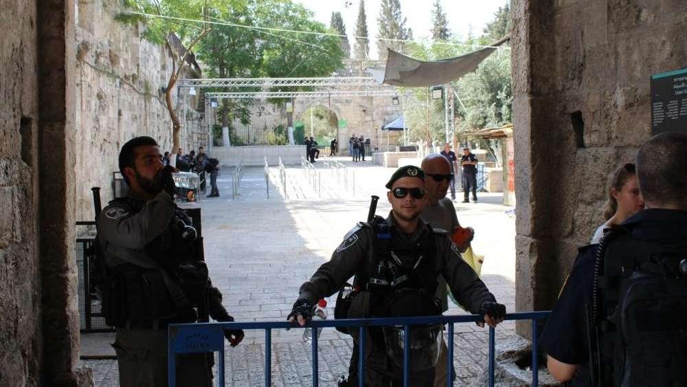 Policía de Frontera de guardia fuera de la Puerta de Leones de la Ciudad Vieja en Jerusalém, el 25 de julio de 2017. (Raoul Wootliff / Times of Israel)
