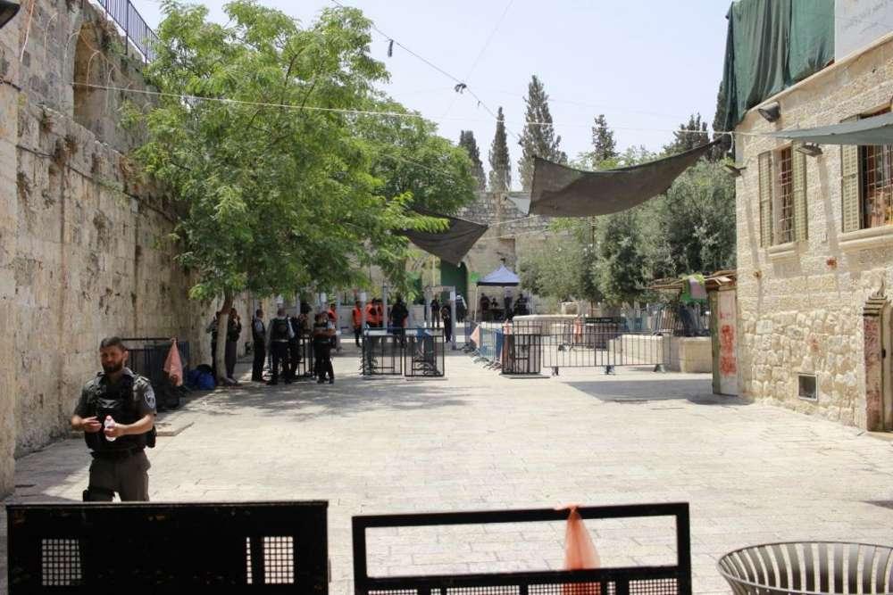 Los puestos de control establecidos por la policía en la Ciudad Vieja para revisara los fieles en su camino hacia el Monte del Templo, 21 de julio de 2017. (Judá Ari Gross / Times of Israel)