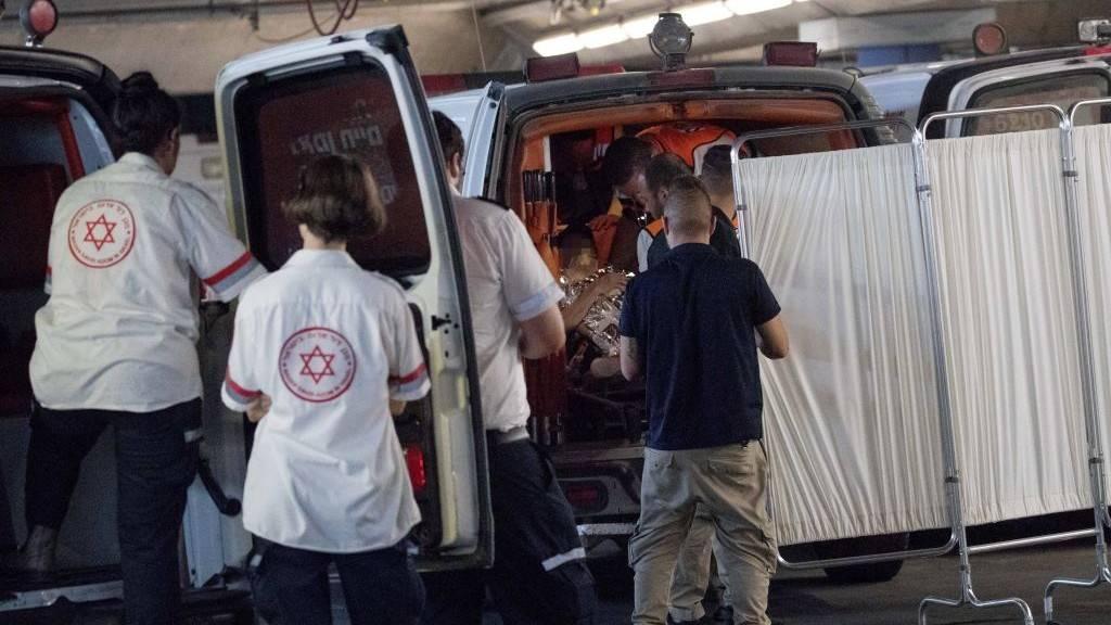 Los médicos trasladan a una mujer que fue herida durante un ataque de apuñalamiento en el poblado judío de Halamish en la sala de emergencia del Centro Médico Shaare Zedek en Jerusalém el 21 de julio de 2017. (Yonatan Sindel/Flash90)