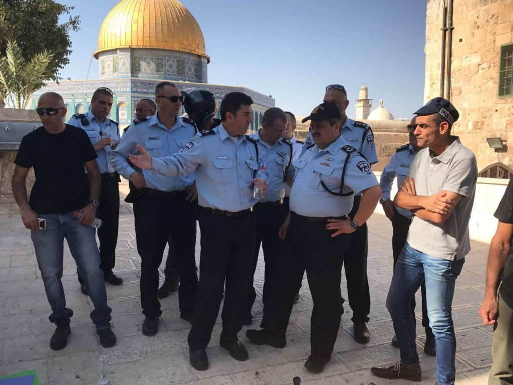 El jefe de policía Roni Alsheich (2r) visita el Monte del Templo después de un ataque terrorista el 14 de julio de 2017. (Portavoz de la policía)