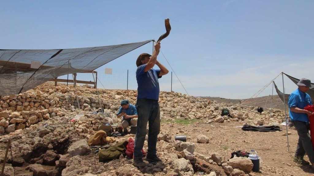 La explosión de shofar señala el final de la jornada de trabajo en la excavación arqueológica de Shiloh, julio de 2017. (cortesía)