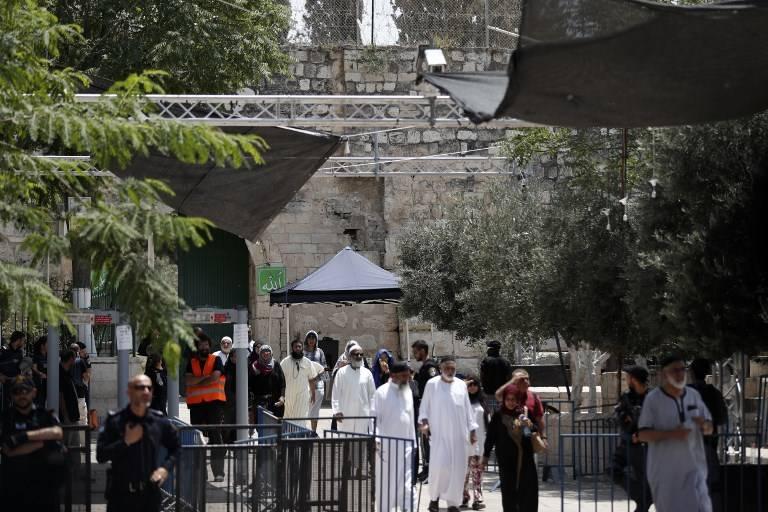 Turistas musulmanes transitan más allá de medidas de seguridad israelíes mientras que salen del Monte del Templo en la ciudad vieja de Jerusalém el 23 de julio de 2017. (AFP PHOTO / Ahmad Gharabli)