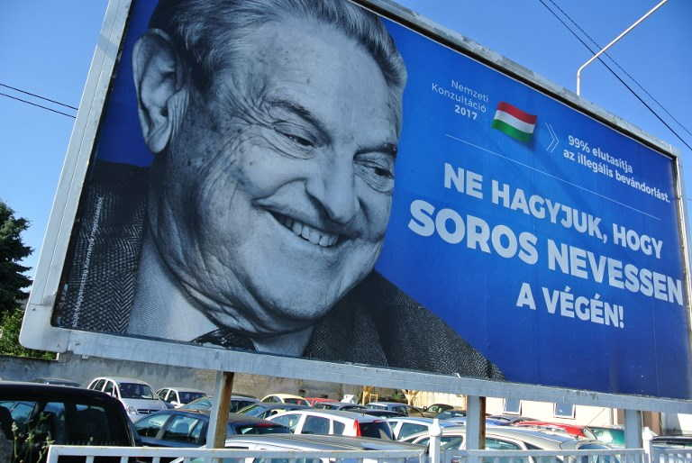 Un cartel con el multimillonario estadounidense George Soros es retratado el 6 de julio de 2017, en Szekesfehervar, Hungría.(AFP PHOTO / ATTILA KISBENEDEK)