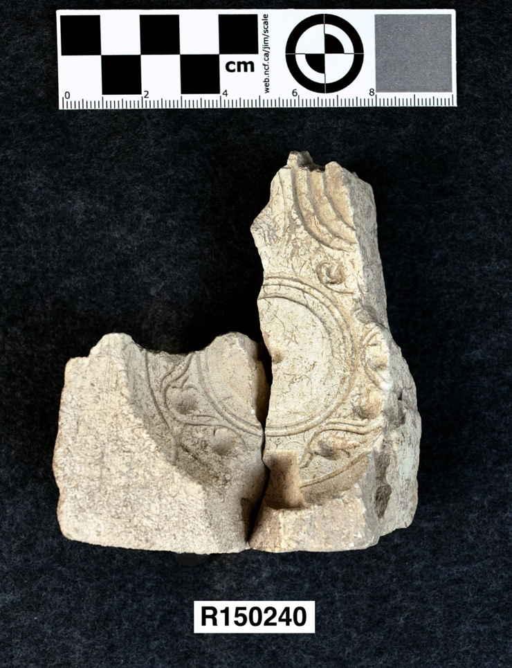 Un molde con diseño de granada encontrado en temporadas de excavación anteriores. (Foto: Steven Meigs)