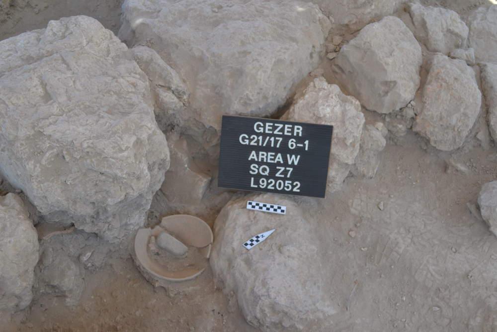 Bote de almacenamiento roto destruido en el colapso ardiente de Gezer hace 3,200 años. (Foto: Instituto Tandy de Arqueología)