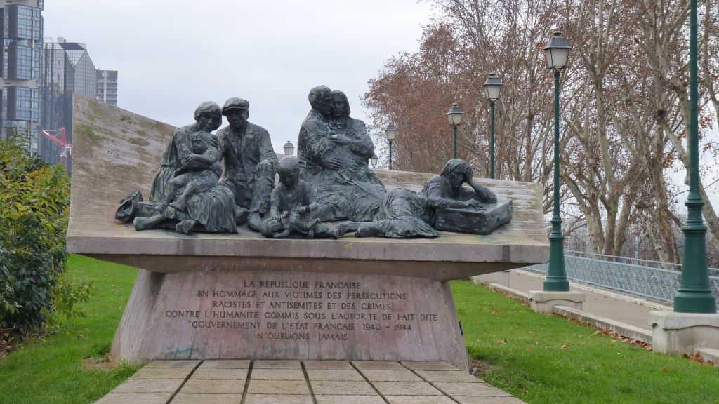 Un monumento conmemorativo al Roundup Vel 'd'Hiv, en el Quai de Grenelle en París. (CC BY-SA Leonieke Aalders, Común de Wikimedia)