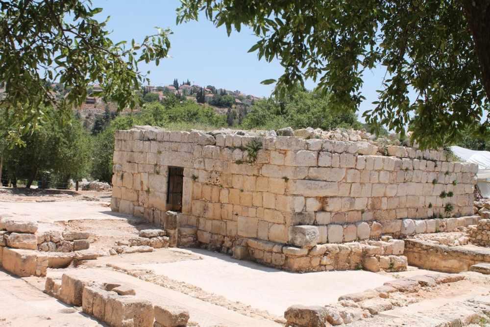 En 2006-7, el arqueólogo Yevgeny Aharonovitch desenterró el piso de debajo de un edificio cuadrado, conocido como Weli Yetaim, que tenía varias capas de iglesias. (Amanda Borschel-Dan / Tiempos de Israel)