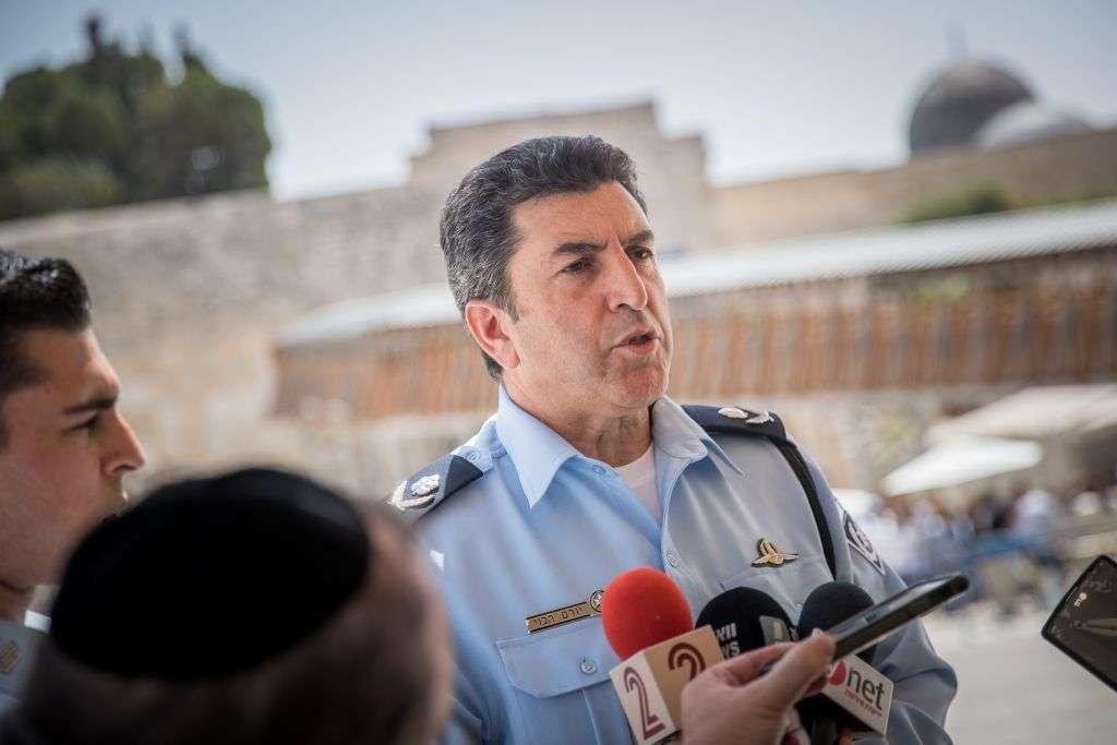 El Comandante de Policía del Distrito de Jerusalém, Yoram Halevi, hace una declaración a los medios de comunicación sobre los recientes acontecimientos ocurridos en el Muro Occidental, en la Ciudad Vieja de Jerusalém, el 27 de julio de 2017. (Yonatan Sindel / Flash90)