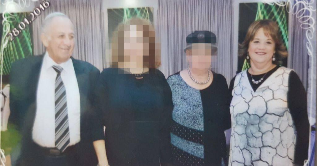 Yosef Salomon de 70 años, su hija Jaya Salomon de 46 años, vista en una reciente celebración familiar. Fueron apuñalados a muerte por un terrorista islámico el 21 de julio de 2017 en un ataque terrorista en Halamish (cortesía)